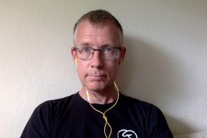 Pär Lannerö har glasögon, svart tröja och gula hörsnäckor